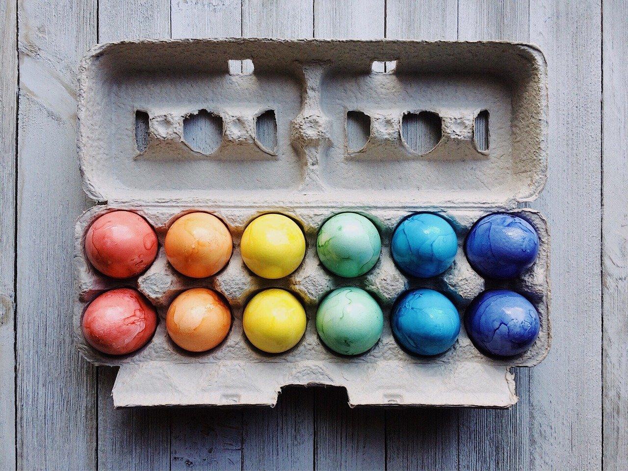 uova colorate su confezione di cartone