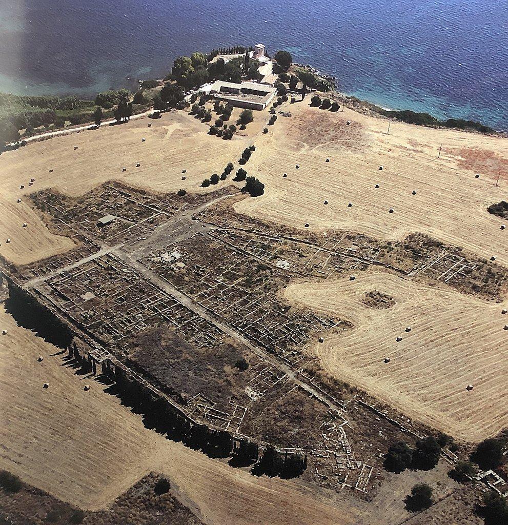 scavi di megara iblea dall'alto in cui si vede il mare e le strade segnate dai basamenti delle case rimaste