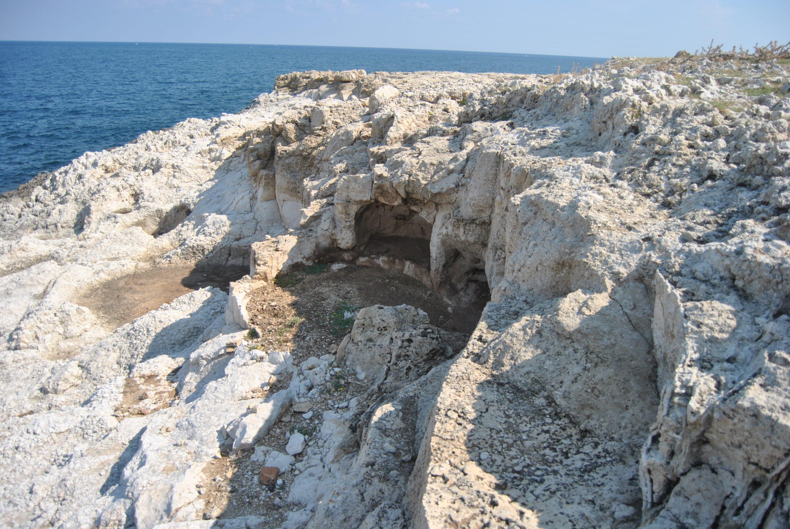antica tomba scavata nella roccia nei pressi del mare di Priolo Gargallo, Siracusa, Sicilia